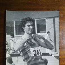 Coleccionismo deportivo: ANDRÉS BALLVÉ ( ANDREU ) - ATLETA - FOTOGRAFÍA PROFESIONAL DE PRENSA 17,9X24,2CM CORREDOR ATLETISMO. Lote 191671511