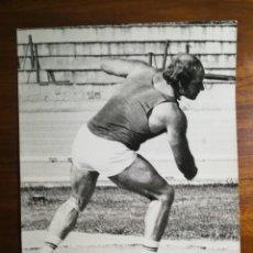 Coleccionismo deportivo: LORENZO CASSI - ATLETA - FOTOGRAFÍA PROFESIONAL PRENSA 17,9X24,2CM LANZAMIENTO DISCO 1974 ATLETISMO. Lote 191671715