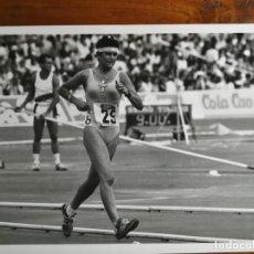 Coleccionismo deportivo: REYES SOBRINO - ATLETA - FOTOGRAFÍA PROFESIONAL DE PRENSA 24,2X17,9CM MARCHADORA MARCHA ATLETISMO. Lote 191672041