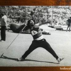 Coleccionismo deportivo: FERNANDO TALLÓN - ATLETA - FOTOGRAFÍA PROFESIONAL PRENSA 24,2X17,9CM LANZAMIENTO JABALINA ATLETISMO. Lote 191672247