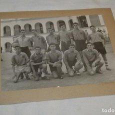 Coleccionismo deportivo: FOTOGRAFÍA ORIGINAL / EQUIPO FUTBOL - PRINCIPIOS / MEDIADOS SIGLO PASADO - ¡MIRA FOTOS Y DETALLES!. Lote 193175453