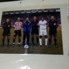 Coleccionismo deportivo: FOTO ORIGINAL ECHEVARRÍA ATH.BILBAO RAUL REAL MADRID FERNANDEZ BORBALAN ALMERIA ARBITRO.20 X 14. Lote 193758890