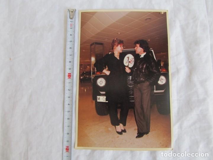 Coleccionismo deportivo: 3 fotografías de Angel Nieto en concesionario de coches Mercedes - Foto 7 - 194187762