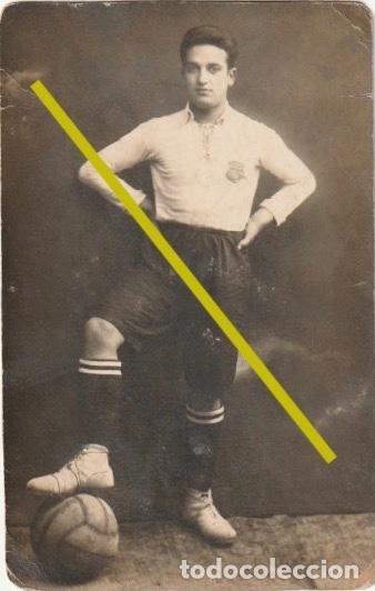 FOTOGRAFIA JUGADOR DE FUTBOL EL ESCUDO PARECE DEL BARCELONA?? AÑOS 20 - 30 - R-8 (Coleccionismo Deportivo - Documentos - Fotografías de Deportes)
