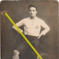 Coleccionismo deportivo: FOTOGRAFIA JUGADOR DE FUTBOL EL ESCUDO PARECE DEL BARCELONA?? AÑOS 20 - 30 - R-8. Lote 194222432