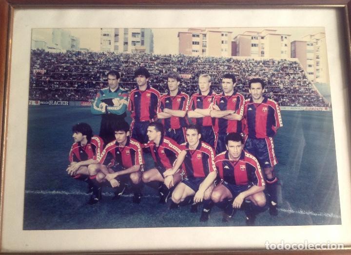 ANTIGUA FOTO FÚTBOL CLUB FC BARCELONA F.C BARCA, CON SU CUADRO. (Coleccionismo Deportivo - Documentos - Fotografías de Deportes)
