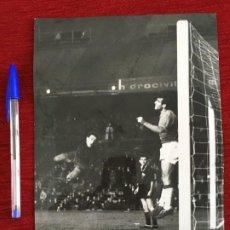 Coleccionismo deportivo: F3326 FOTO FOTOGRAFIA ORIGINAL JOSE RAMON GARCIA FERNANDEZ ATLETICO MADRID 2-0 CORDOBA (12-2-1967). Lote 194401460