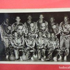 Coleccionismo deportivo: BALONCESTO. FOTOGRAFÍA HARLEM GLOBETROTTERS. BARCELONA JULIO 1952. FIRMAS IMPRESAS. Lote 194600630