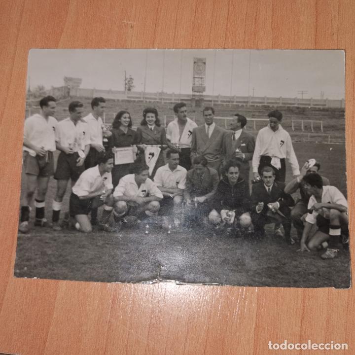 EQUIPO DE FUTBOL AÑOS 40 DETRAS SE OBSERVA EN EL ESTADIO EL ESCUDO DEL REAL MADRID (Coleccionismo Deportivo - Documentos - Fotografías de Deportes)