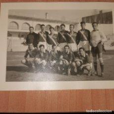 Coleccionismo deportivo: 2 FOTOGRAFIAS DE EL EQUIPO DE FUTBOL DE SEU SINDICATO ESPAÑOL UNIVERSITARIO AÑOS 40. Lote 194602826