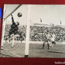Coleccionismo deportivo: F3362 FOTO FOTOGRAFIA ORIGINAL DE PRENSA VALLADOLID 0-3 ATLETICO MADRID(12-5-1968)AGUILAR GOL UFARTE. Lote 194622596