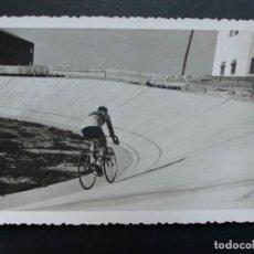 Coleccionismo deportivo: CICLISMO - MIGUEL POBLET EN EL VELODROMO DE ALGEMESI, VALENCIA - FOTOGRAFICA - AÑOS 1950-60. Lote 194705142