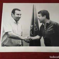 Coleccionismo deportivo: F3390 FOTO FOTOGRAFIA ORIGINAL DE PRENSA KOLDO AGUIRRE ENTRENADOR MALLORCA MIGUEL CANESTI(25-6-1983). Lote 194880540