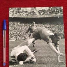 Coleccionismo deportivo: F3487 FOTO FOTOGRAFIA ORIGINAL DE PRENSA REAL MADRID 1-1 SEVILLA (12-4-1964). Lote 194968398