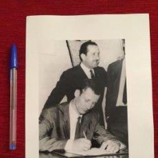 Coleccionismo deportivo: F3488 FOTO FOTOGRAFIA ORIGINAL DE PRENSA FICHAJE CONTRATO GALLEGO BARCELONA SEVILLA 1965. Lote 194968480