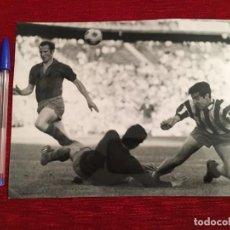 Coleccionismo deportivo: F3489 FOTO FOTOGRAFIA ORIGINAL DE PRENSA GALLEGO GARATE ATLETICO MADRID BARCELONA. Lote 194968635