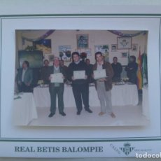 Coleccionismo deportivo: REAL BETIS BALOMPIE : GRAN FOTO DE UNA ENTREGA DE DIPLOMAS ........ TOTAL 24 X 30 CM. Lote 195001813