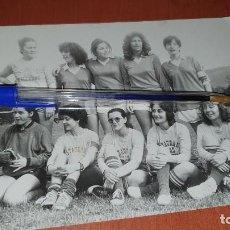 Coleccionismo deportivo: ANTIGUO EQUIPO DE FUTBOL FEMENINO, RESTAURANTE EN CAMISETAS, DE 17,5 X 12,5 CM.. Lote 195023731