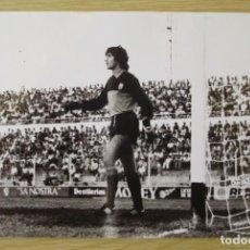 Coleccionismo deportivo: RCD MALLORCA : MARIANO TIRAPU (TEMPORADA 1981-82) - FOTOGRAFIA PROCEDENTE DE ARCHIVO DE PRENSA. Lote 195136277