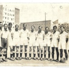 Coleccionismo deportivo: FOTOGRAFIA ANTIGUA ORIGINAL DE LA ALINEACION REAL MADRID TEMPORADA?AÑOS 1.940 ¿ . Lote 195210507