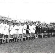 Coleccionismo deportivo: FOTOGRAFIA ANTIGUA ORIGINAL DE LA ALINEACION REAL MADRID Y ?BARCELONA ¿TEMPORADA?AÑOS 1.940 ¿ . Lote 195210936