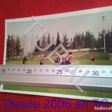 Coleccionismo deportivo: TUBAL ATHLETIC BILBAO ENTRENAMIENTO JULEN GUERRERO Y OTROS 1994 FOTOGRAFIA AGFA B49. Lote 195276622