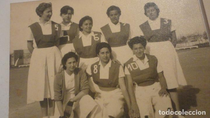 Coleccionismo deportivo: DOS ANTIGUAS FOTOGRAFIAS.DEPORTE.FUTBOL? FEMENINO.CHICAS.FOTO PALOMO.CORDOBA AÑOS 50? - Foto 2 - 195331491