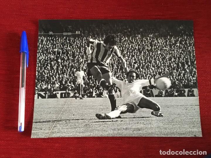 F3542 FOTO FOTOGRAFIA REAL MADRID 1-1 ATLETICO MADRID(15-5-1977)PIRRI LEAL CAMPEONES LIGA (Coleccionismo Deportivo - Documentos - Fotografías de Deportes)