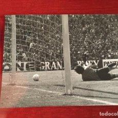 Coleccionismo deportivo: F3543 FOTO FOTOGRAFIA REAL MADRID 1-1 ATLETICO MADRID(15-5-1977)MIGUEL ANGEL CAMPEONES LIGA. Lote 195382526