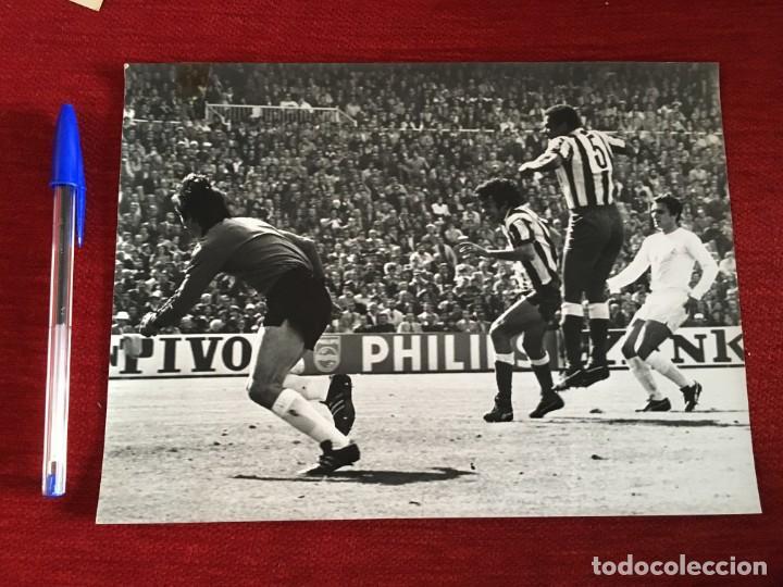 F3544 FOTO FOTOGRAFIA REAL MADRID 1-1 ATLETICO MADRID(15-5-1977)LUIS PEREIRA CAMPEONES LIGA (Coleccionismo Deportivo - Documentos - Fotografías de Deportes)