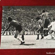 Coleccionismo deportivo: F3544 FOTO FOTOGRAFIA REAL MADRID 1-1 ATLETICO MADRID(15-5-1977)LUIS PEREIRA CAMPEONES LIGA. Lote 195382601