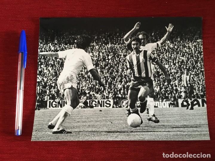 F3546 FOTO FOTOGRAFIA REAL MADRID 1-1 ATLETICO MADRID(15-5-1977)PIRRI AYALA CAMPEONES LIGA (Coleccionismo Deportivo - Documentos - Fotografías de Deportes)