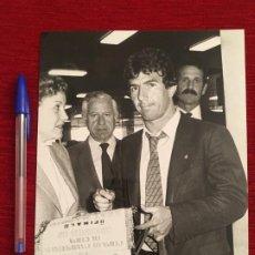 Coleccionismo deportivo: F4140 FOTO FOTOGRAFIA ORIGINAL DE PRENSA JUAN GOMEZ JUANITO REAL MADRID AUTOGRAFO BANDERIN. Lote 197073691