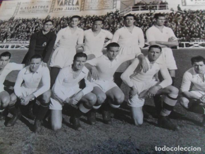Coleccionismo deportivo: FOTOGRAFÍA ORIGINAL REAL MADRID VS DEPOR, ESTADIO DE CHAMARTÍN 9 ENERO 1944. 23,5X17,50 CMS. DE LUJO - Foto 2 - 197090241