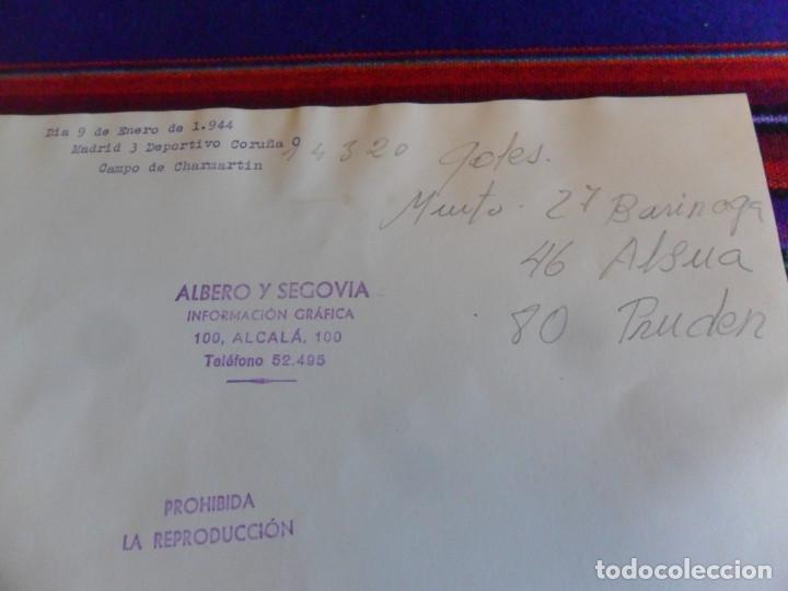 Coleccionismo deportivo: FOTOGRAFÍA ORIGINAL REAL MADRID VS DEPOR, ESTADIO DE CHAMARTÍN 9 ENERO 1944. 23,5X17,50 CMS. DE LUJO - Foto 4 - 197090241