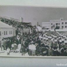 Coleccionismo deportivo: FOTO DESFILE DE ATLETAS, NIÑAS CON ROPA DEPORTIVA, AÑOS 60. DE SANCHEZ DEL PANDO, SEVILLA .. 11 X 17. Lote 197868278