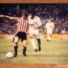 Coleccionismo deportivo: JULEN GUERRERO Y LUIS MILLA FOTOGRAFÍA ORIGINAL ATHLETIC CLUB - REAL MADRID SAN MAMÉS (AÑOS 90).. Lote 198760375