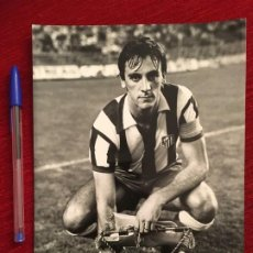 Coleccionismo deportivo: F6059 FOTO FOTOGRAFIA ORIGINAL DE PRENSA ATLETICO MADRID RUIZ CON BANDERIN DE CAPITAN. Lote 199267748