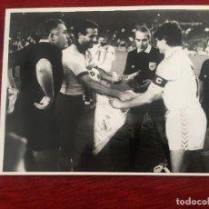 Coleccionismo deportivo: F6741 FOTO FOTOGRAFIA ORIGINAL DE PRENSA REAL MADRID JUVENTUS (22-10-1986) COPA EUROPA BANDERIN. Lote 201192826