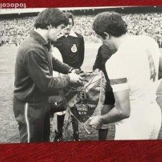 Coleccionismo deportivo: F7186 FOTO FOTOGRAFIA ORIGINAL PRENSA REAL MADRID HOMENAJE PIRRI(15-5-1981)ARCONADA BANDERIN ESPAÑA. Lote 202412741