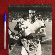 Coleccionismo deportivo: F7205 FOTO FOTOGRAFIA ORIGINAL PRENSA REAL MADRID (3-9-1975) BANDERIN TROFEO HOMENAJE AMANCIO AMARO. Lote 202417451