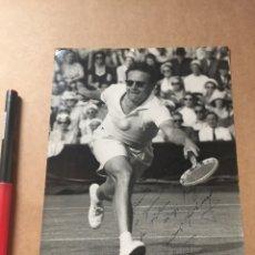 Coleccionismo deportivo: JAROSLAV DROBNY WIMBLEDON 1953 AUTOGRAFO FOTO PRENSA. Lote 202736757