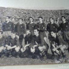 Coleccionismo deportivo: ANTIGUA FOTOGRAFIA ORIGINAL DE ALINEACION AÑOS 60 DEL F.C BARCELONA KUBALA AGACHADO 24 X 16 CM. Lote 203892057