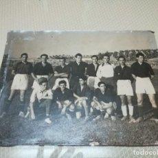 Coleccionismo deportivo: ANTIGUA FOTO DE FUTBOL EN EL ANTIGUO CAMPO DE LAS FUENTEZUELAS (JAEN). Lote 203948265