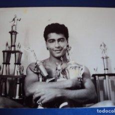 Coleccionismo deportivo: (RO-200505)FOTOGRAFIA DE ROMARIO CON ALGUNOS DE LOS TROFEOS VENDIDOS POR ORIGINAL DE EPOCA. Lote 204307348