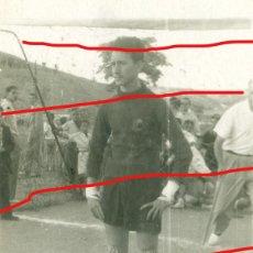 Coleccionismo deportivo: SELECCION ESPAÑOLA DE FUTBOL. ANTIGUA FOTO DE UN PORTERO. AGOSTO 1951. 6 X 8 CM. Lote 206262401