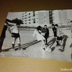 Coleccionismo deportivo: FOTOGRAFIA ORIGINAL FUTBOL SEVILLA 1970 MEDIDAS 13 X 18 CM. Lote 206896618