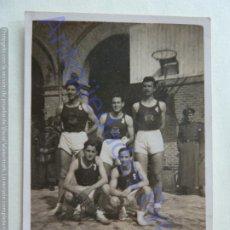 Coleccionismo deportivo: FOTOGRAFÍA. EQUIPO BALONCESTO DEL MINISTERIO DEL EJERCITO. MADRID 13/5/1946 (8,5 X 6 CM). Lote 207064151