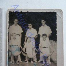 Coleccionismo deportivo: FOTOGRAFÍA ANTIGUA. PELOTARIS Y NIÑOS. CESTA PUNTA. JAI ALAI.. Lote 207081151