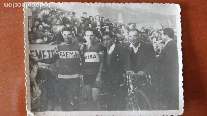 FOTOGRAFIA LINEA DE META ANTONIO SUAREZ GANADOR 1 VUELTA A ESPAÑA FAEMA EQUIPO CICLISTA (Coleccionismo Deportivo - Documentos - Fotografías de Deportes)